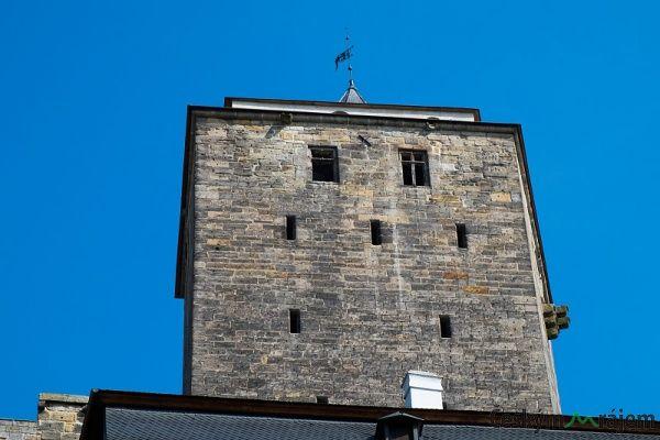 Najděte místo, odkud uvidíte 3 zdi Bílé věže hradu Kost.